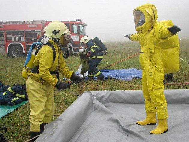V Hamrách proběhlo i testování odolnosti protichemických obleků.