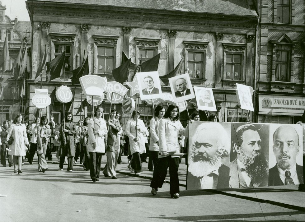 3. Pořádaly se prvomájové průvody s povinnou účastí všech skupin obyvatelstva. V průvodu byly zastoupeny místní podniky, školy a různé zájmové organizace. Vybraní jedinci nosili transparenty s hesly oslavujícími a podporujícími budování socialistické spol