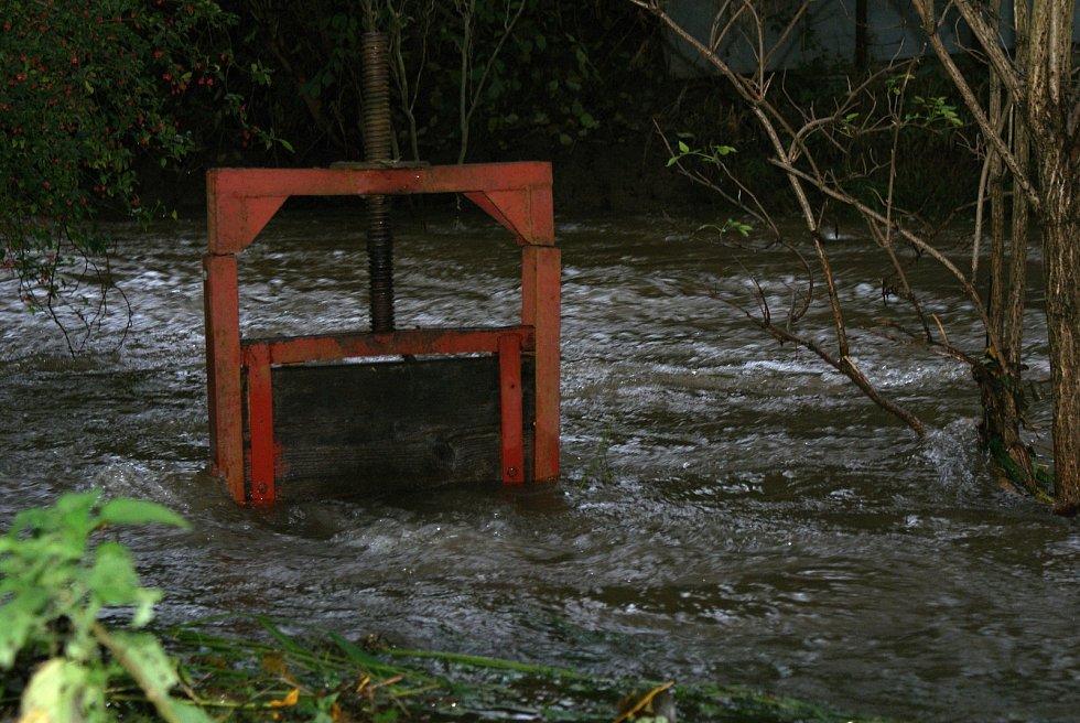 Rozvodněná řeka Hloučela v Hamrech na Prostějovsku na druhém povodňovém stupni - 15. 10. 2020 ráno
