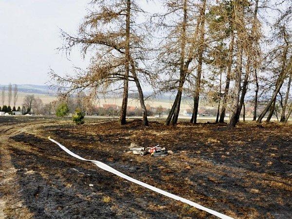 Požár trávy ve Štarnově
