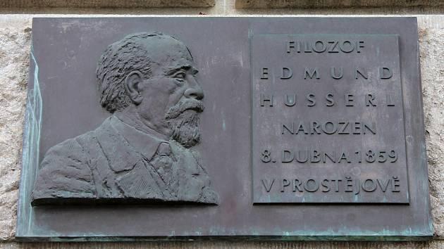 K uctění památky významného rodáka Edmunda Husserla, se v Prostějově uskuteční mezinárodní kolokvium. Stávající pamětní deska na budově radnice.