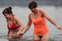 Závod v zimním plavání na plumlovské přehradě