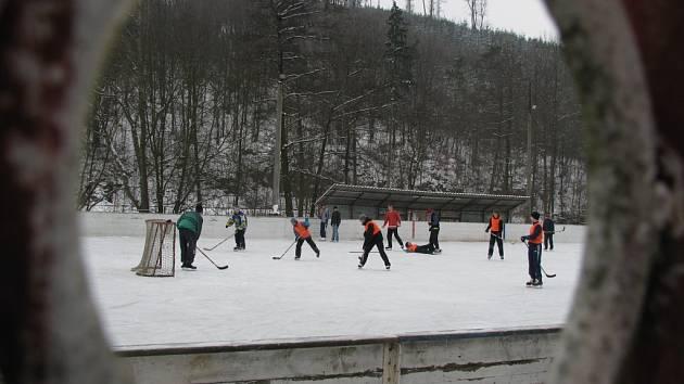 Kluziště ve Stražisku láká hlavně amatérské hokejisty.
