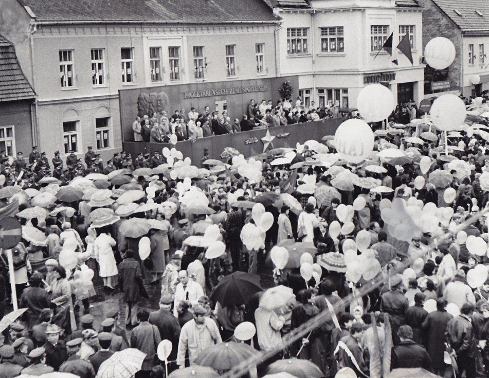 3. Účastníci průvodu s mávátky a různými transparenty procházely před tribunou s představiteli politického a veřejného života okresu. Vroce 1989 se prvomájové shromáždění poprvé konalo na Wolkerově třídě.
