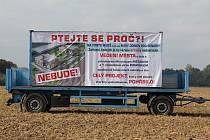 Na situaci kolem pozemků za nemocnicí upozorňuje i billboard, který se minulý týden objevil na poli u nemocnice.