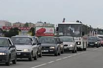Kolony, které se tvoří v Plumlovské ulici kvůlu stavbě rondelu, způsobují až třicetiminutová zpoždění autobusových linek.