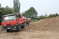 Dělníci v Kostelecké připravují pozemek na výstavbu nového koupaliště.