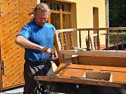 Václav Obr při práci na opravách kočárů