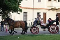 """Jako každý rok připravilo Muzeum historických kočárů z Čech pod Kosířem projížďky po náměstí TGM i k vybraným kostelům. """"Putujeme s kočárem"""", tak se jmenovala akce, kterou mohli využít všichni, kdo chtěli tímto způsobem zakusit, jak se jezdilo dříve"""
