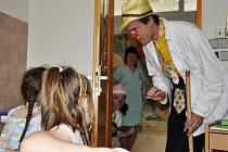 Klauni svým vystoupením potěšili děti v nemocnici