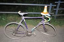 Následky nehody opilého cyklisty s autem u Lešan.