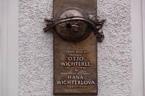Odhalení pamětní desky sourozencům Haně a Ottovi Wichterlovým.