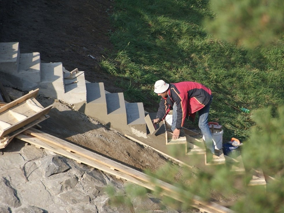 Plumlovská přehrada 1. 11. 2013 - oprava schodů směrem k minigolfu
