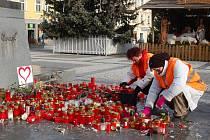 Úklid svíček po pietě Václavu Havlovi