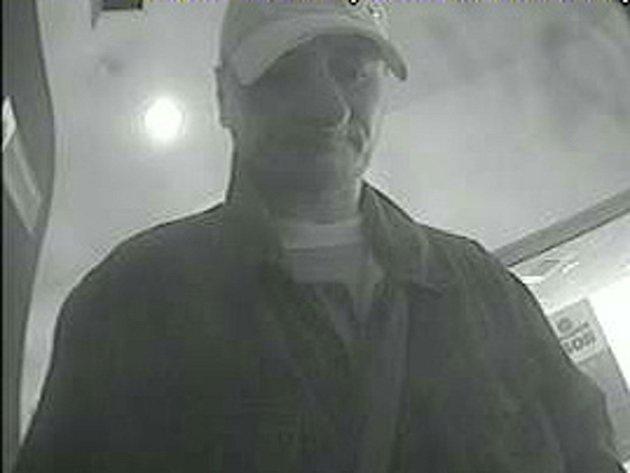 Muž, který v MHD ukradl ženě peněženku, se pokouší na její kartu vybrat peníze z bankomatu