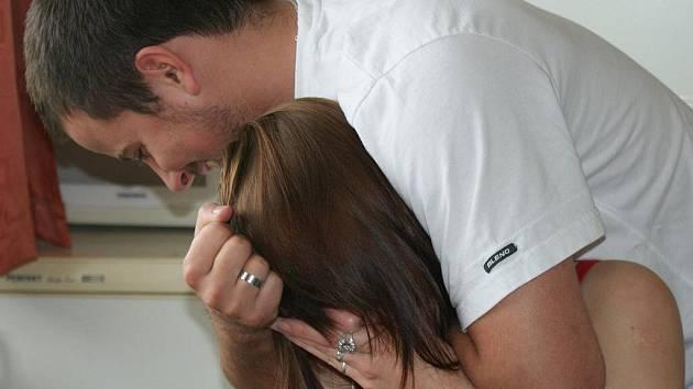 Když chtěla vyprovodit bývalého, začal ji škrtit. Dostal osm měsíců podmíněně
