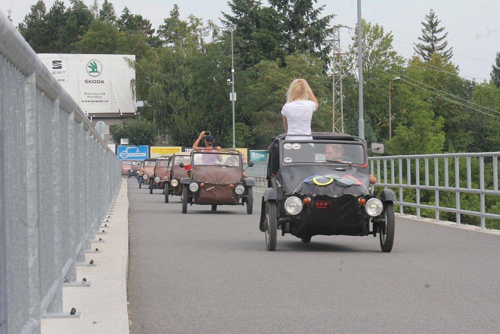 Pořádné pozdvižení vyvolaly v neděli velorexy. Desítky se jich vypravily na spanilou jízdu okolo přehrady.