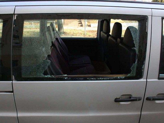 Auto vJihoslovanské ulici zloděj drze vykradl uprostřed dne