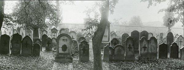 Panorama hřbitova vpohledu směrem kdnešní škole je vytvořené sfotografií, které byly pořízeny před vytrháním náhrobků asi vroce 1943