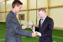 Tenista Tomáš Berdych se zúčastnil slavnostního otevření nové tenisové haly v Prostějově. Ministru školství Petru Fialovi předal podepsanou raketu.