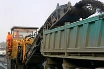 Na rychlostní komunikaci R46 pracují silničáři.