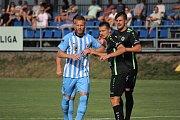 Fotbalisté Prostějova (v modrém) hráli doma s Hradcem bez branek.Tomáš Janíček (Prostějov)