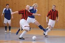 Národní šampionát sálového fotbalu v Kostelci na Hané ovládl FC Relax Prostějov (v pruhovaných dresech).