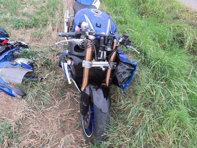 Řidiči motocyklu nezvládl řízení, skončil v nemocnici.