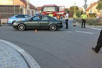 Řidič audi narazil na rondelu v Prostějově do cyklisty