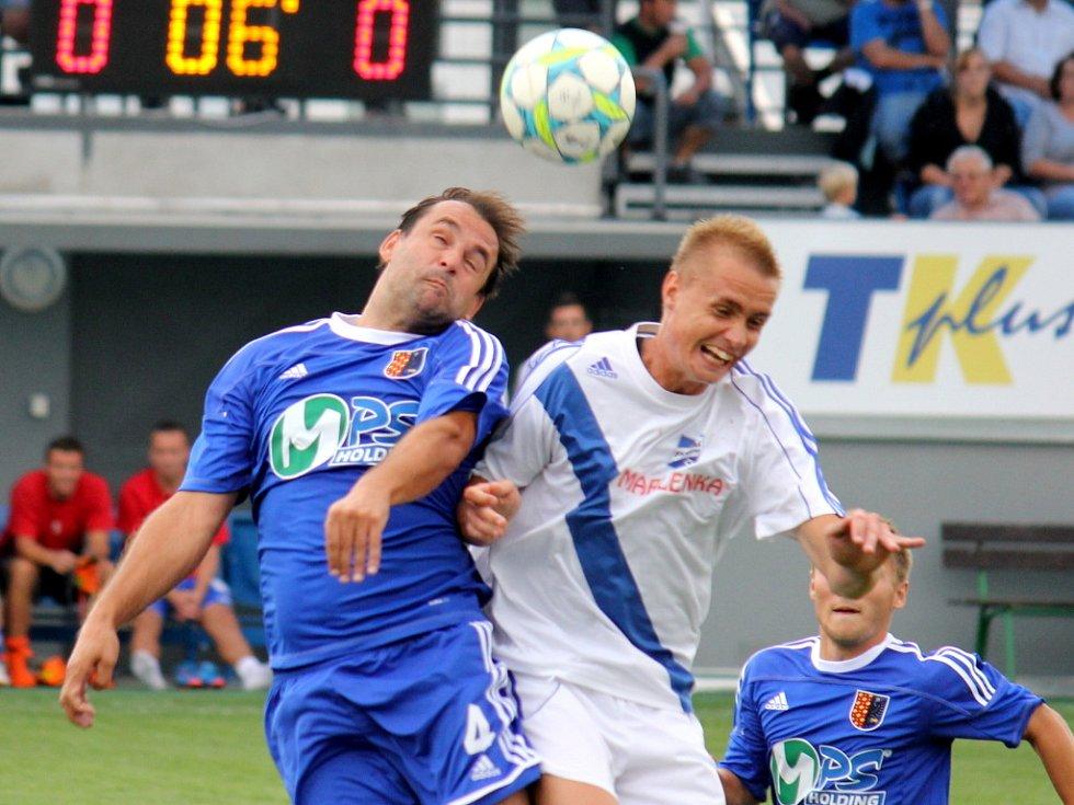 Prostějovští fotbalisté (v modrém) ve své domácí třetiligové premiéře nestačili na Frýdek-Místek, kterému podlehli 1:3.  Hlavičkující Tomáš Hunal (vlevo)