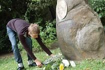 Památku Petra Albrechta uctili v botanické zahradě desítky lidí