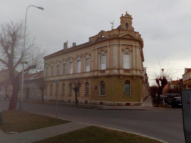 Dům v Martinákově ulici obsadili dělníci - začali se zateplováním. Část Prostějovanů se však obává, že práce zničí štukovou výzdobu a připraví město o další kus historie.