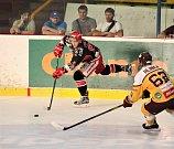 Hokejisté Prostějova (v černém) doma porazili Jihlavu 3:2.Michael Foltýn (Prostějov)