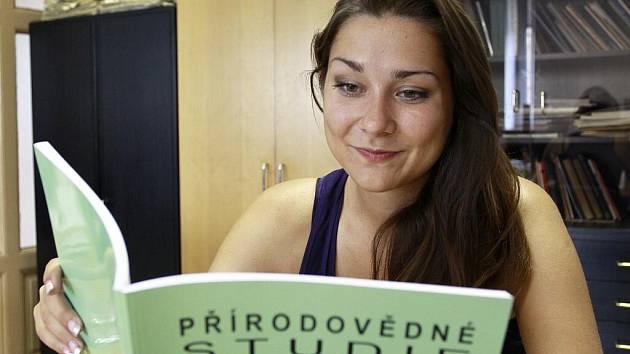Mladá zájemkyně o vědu studuje časopis Přírodovědné studie Muzea Prostějovska