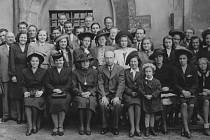 Vroce 1938 založil K. Bezdíček chlapecký sbor, později komorní sbor. Na snímku Bezdíčkův pěvecký sbor vroce 1943.