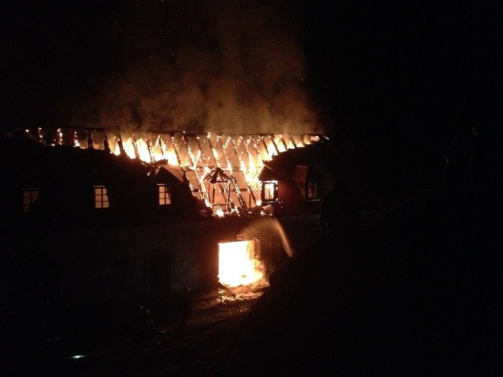 Jedenáctý říjen začal pro Plumlov nešťastně. Místní zámek totiž přišel při nočním požáru o část střechy.
