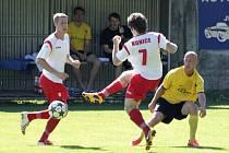Fotbalisté Konice (v bíločervené) proti Novým Sadům