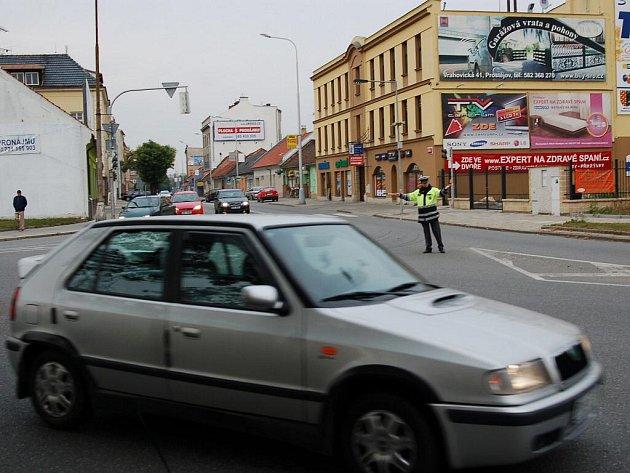 Semafory na křižovatkách na Újezdě a na Vápenici v Prostějově vyřadila z provozu bouračka z pátku minulého týdne. Dopravu tu řídí policisté