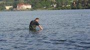 Zdravotní ústav v Ostravě společně s pracovníky hygienické stanice provedli v pondělí ráno první měření kvality vody na Plumlovské přehradě