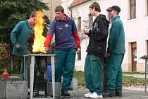Studenti Švehlovy střední školy z oboru opravář zemědělských strojů vyráběli kovové skoby přímo před prostějovským Společenským domem.