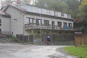 Lidé si stěžují na ubytovnu ve Stražisku. A starostovi obce už došla trpělivost - situaci řeší s policií i konickou radnicí.