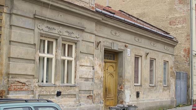 Dům v Partyzánské ulici získá firma z Prahy. Nájemníci, které přeplatila, mají teď strach.