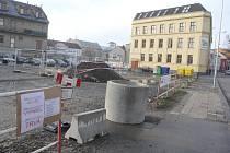 Nejprve investor, nyní aktivisté. Dění kolem budoucí Galerie Prostějov můžete sledovat i přes cedule-vzkazy umístěné u zábran v Komenského ulici.
