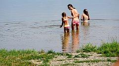 Koupání na pláži U Vrbiček na plumlovské přehradě. Ilustrační foto