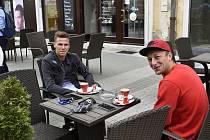 První den po zrušení povinnosti nenosit na veřejnosti roušky v Prostějově. Fotbalisté druholigového 1.SK Prostějov Michal Zapletal (vlevo) a Jan Koudelka. 25.5. 2020