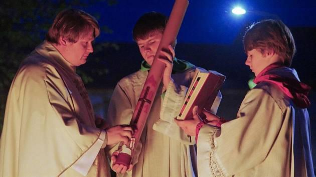 Svěcením ohně a velikonoční svíce začala v Němčicích v sobotu po západu slunce slavnost Vzkříšení Krista