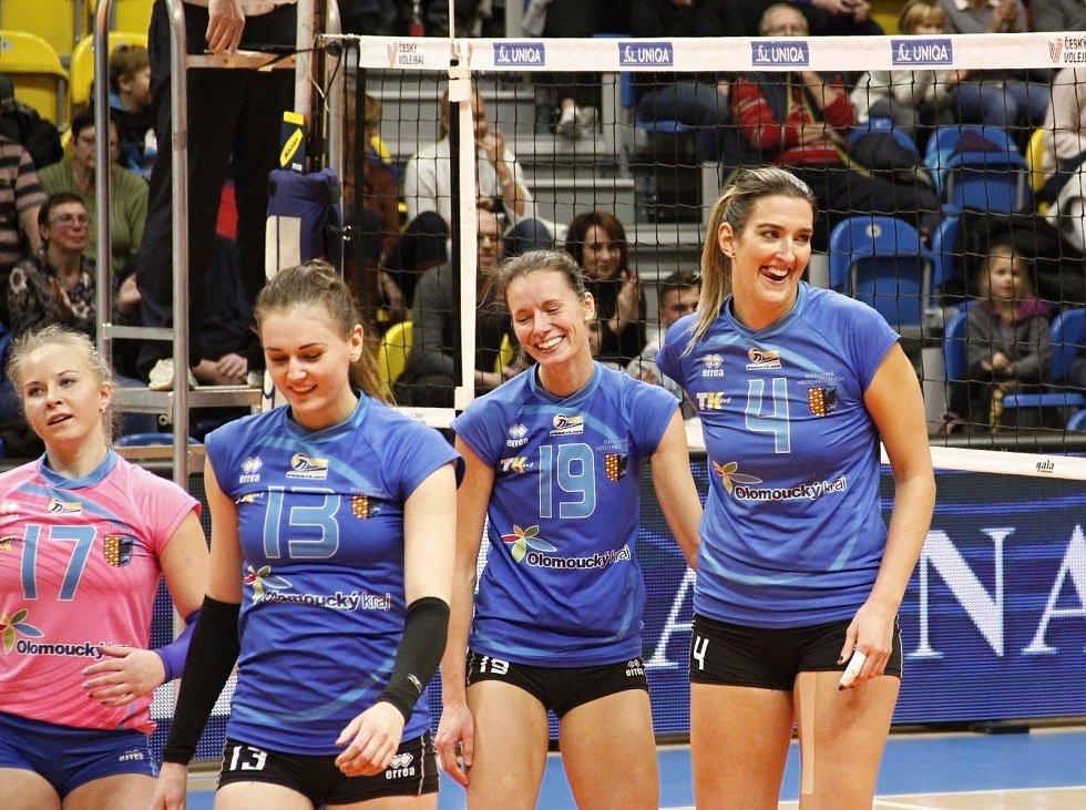 Olomoucké volejbalistky (v oranžovém) vyhrály derby v Prostějově 3:1.Eva Rutarová (vpravo)