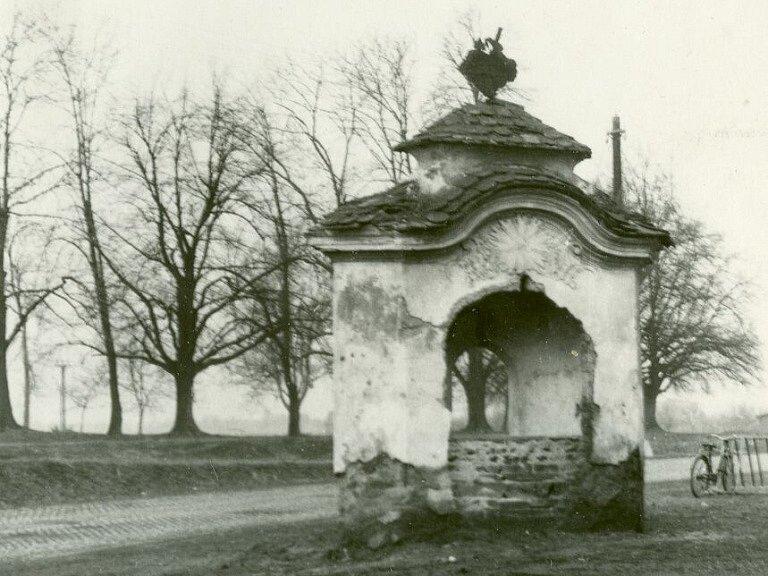 Dne 28. března 1955 podal n.p. Gala na odbor pro výstavbu při Okresním národním výboru Prostějov žádost o povolení k odstranění kapličky a hned následující den podal příslušný odbor výměr se stavebním povolení k demolici.