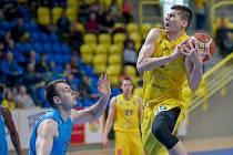 BK Opava (ve žlutém) - BK Olomoucko 72:64