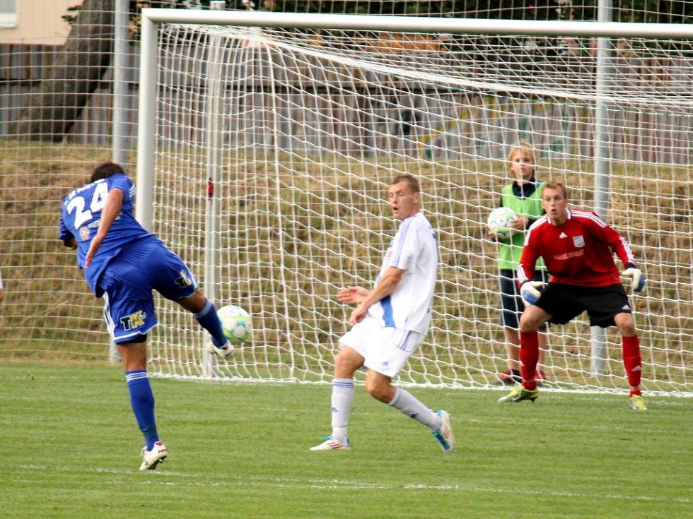 Prostějovští fotbalisté (v modrém) ve své domácí třetiligové premiéře nestačili na Frýdek-Místek, kterému podlehli 1:3.  Gólový volej Petra Pavlíka